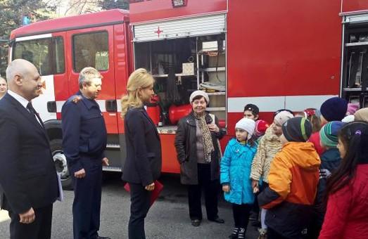 """Світлична з рятувальниками провела """"урок безпеки"""" для дітей"""