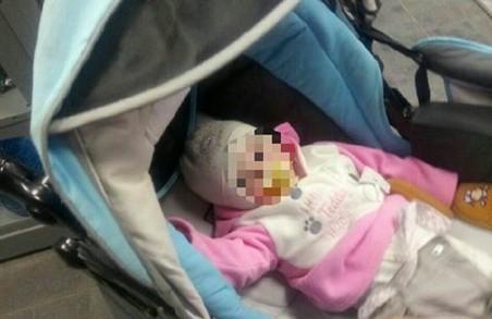 """Нетверезою матір'ю, яка покинула немовля в колясці, зайнялися """"дитячі"""" поліцейські"""
