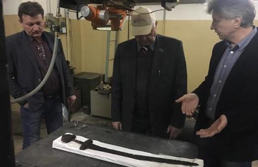 Два унікальних меча забрали у контрабандистів і чорних археологів/ Фото