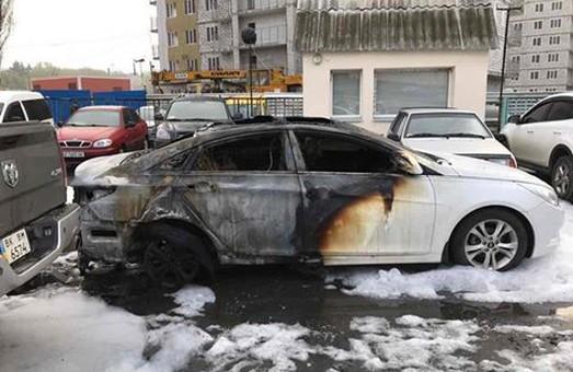 Умисне знищення або пошкодження майна. Поліція відкрила справу за фактом масового спалення дорогих автівок на автостоянці