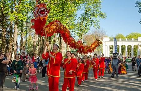 Карнавал культур у парку Горького зібрав представників В'єтнаму, Індії, Китаю, Кореї, Туреччини і Японії