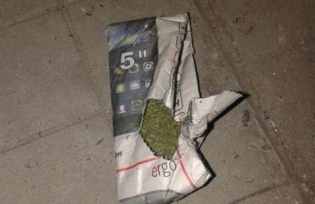 На проспекті Тракторобудівників у Харкові затримано чоловіка з наркотиками: фото