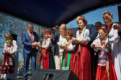 Як Світлична з дітьми висадила найдовшу на Слобожанщині алею сакур/ Фоторепортаж