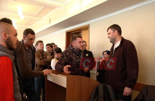 Дискусія щодо тарифів на маршрутки плавно перейшла у мордобой/ Відео