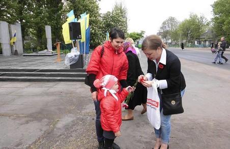 Харківська «Солідарність» роздала сотні виготовлених до Дня Перемоги «маків пам'яті»