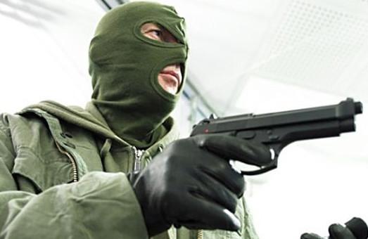 Нальотчики з пістолетом пограбували жінку на порозі власної квартири