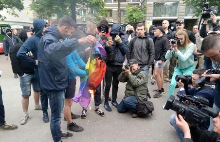 На честь Дня проти гомофобії геї, невідомі активісти і поліція бігали один за одним навколо Палацу одружень у Харкові/ Відео, Фото
