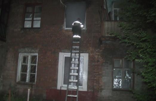 Літня жінка згоріла у старому будинку на Автострадному. Інших мешканців встигли евакувати