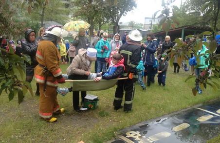 Рятувальники евакуювали дитячий садок.  Малеча була в захваті/ Фото