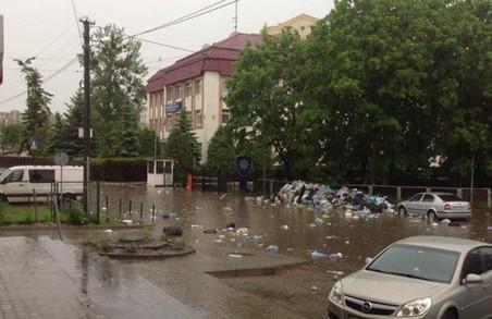Через небувалу зливу сміття попливло вулицями Львова/ Фото, Відео