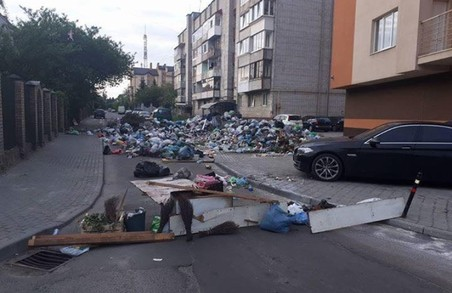 Львів'яни заблокували вулицю сміттям - Садовий не виконує сміттєвий меморандум