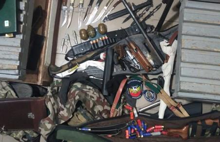 На проспекті Гагаріна впіймали чоловіків з арсеналом зброї / Відео