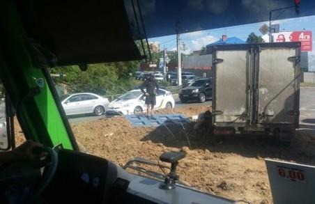 Перекинута вантажівка з глиною і таран іномарок: зведення наймасштабніших ДТП у Харкові