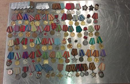 Митниця забрала у людини медалі та ордени
