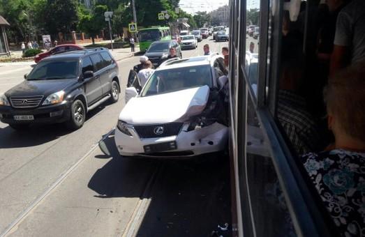 Таксі з вагітною потрапило в аварію, Lexus завдав прочухана трмваю, водій помер у лікарні: ДТП за добу