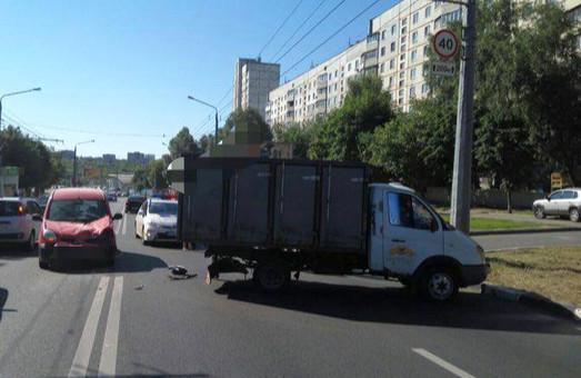 Дві вантажівки наздогнали жінок, мотоцикл покалічив невідомого пішого: ДТП у Харкові за добу / ФОТО