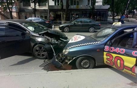 У Харкові зіткнулися дві іномарки: є постраждалі (ФОТО)