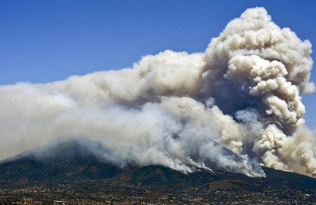В Італії на схилах Везувію палахкотять лісові пожежі
