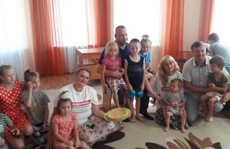 Харківська Солідарність: давайте частіше дарувати дітям солодощі та радість / Фото