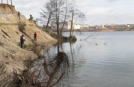 З Основ'янського озера продовжують вспливати потопельники