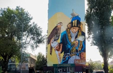 Дещо про беркута: харків'янин залишив привіт на стіні будинку в Казахстані