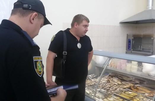Після випадку ботулізму поліція посилила перевірки торговців рибою