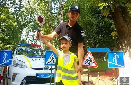 Патрульні навчають дітлахів переходити вулицю і дивитися на світлофор