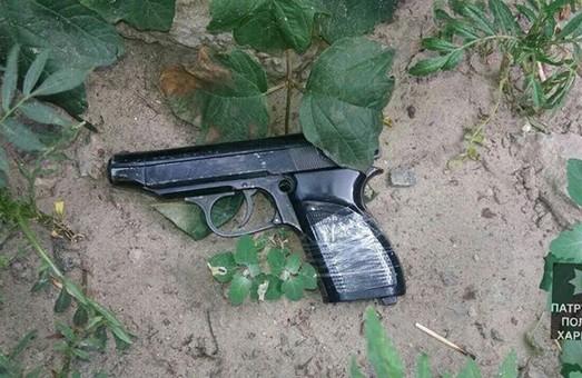 На Тракторобудівників затримано хлопця з пістолетом у комплекті з балаклавою