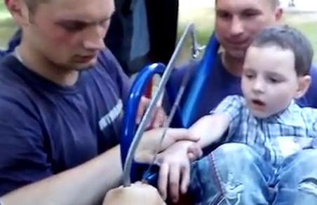 У Харкові семирічний хлопчик застряг у гойдалці/ВІДЕО