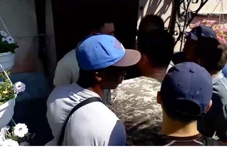 """""""Тітушки"""" намагаються захопити будівлю в центрі Харкова: відео"""