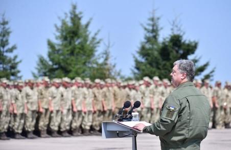 Буде збільшено грошове утримання військовослужбовців певних спеціальностей - Порошенко