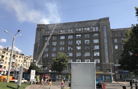 На Південному вокзалі палає багатоповерхівка (ФОТО)