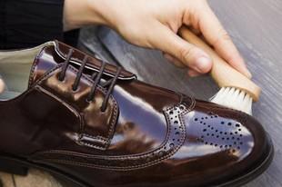 Маленький хлопчик наївся крему для взуття