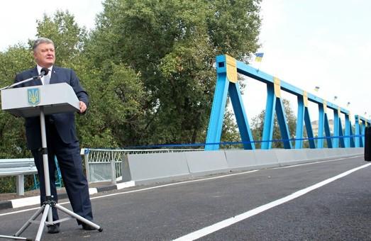 Будівництво патронного заводу, виробництво «Оплотів», розвиток сільської медицини – що пообіцяв Порошенко під час відкриття мосту в Ізюмі
