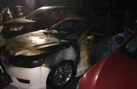 На стоянці на Героїв Праці згоріли автівки/ Фото