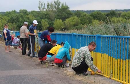 Харківська «Солідарність» пофарбувала міст в кольори прапора України