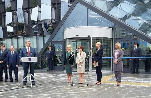 Більше ніхто не підробить український паспорт - Порошенко у Харкові