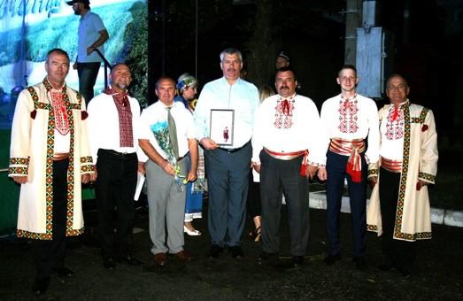 Ансамблю «Надія» Харківська «Солідарність» подарувала сценічні костюми