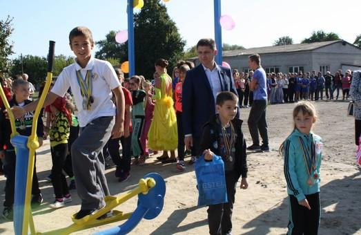 На території Балаклійської ЗОШ за ініціативи Харківської «Солідарності» відкриті сучасні спортивні майданчики