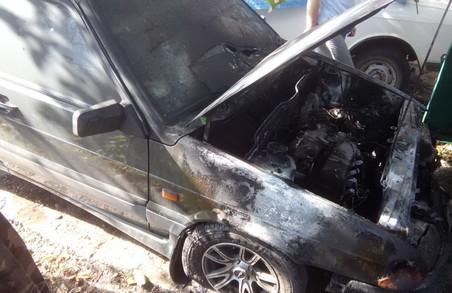 Ще один згорілий автомобіль: рятувальники ліквідували пожежу в гаражі