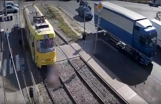 Жахлива ДТП у Харкові: жінка залишилася без ноги / Відео