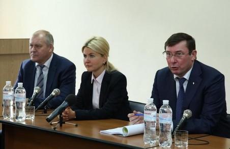 Юлія Світлична та Юрій Луценко провели дискусію на круглому столі у Харкові