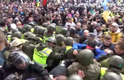 Біля Верховної Ради виникли нові сутички силовиків з мітингуючими