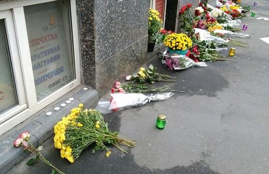 Харків'яни несуть квіти на Сумську, до місця ДТП/ Фото