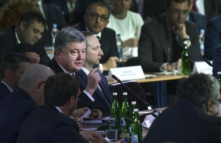 Влада на місцях повинна на руках носити всіх інвесторів - Порошенко