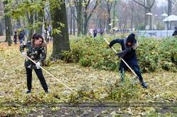 Незважаючи на дощ, харків`яни сьогодні прибирали місто / Фото