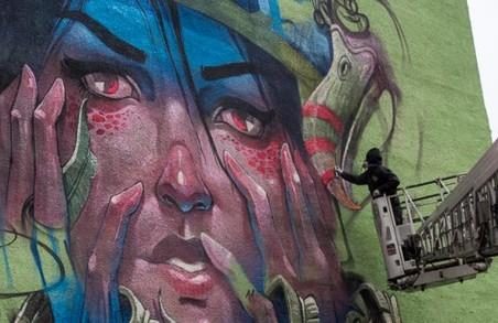 Болгарські художники прикрасили багатоповерхівку в Харкові 14-метровим муралом / Фото