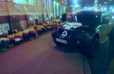 Автохам зухвало розташував своє корито на місці трагедії у Харкові / ФОТО