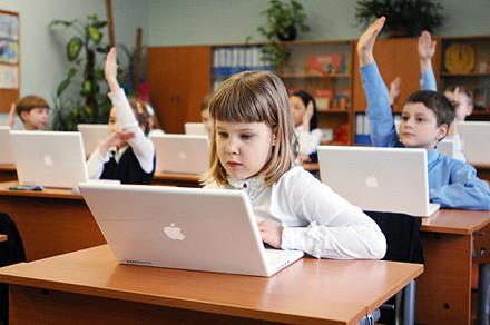 """Працівник школи """"повикидав"""" ноутбуки на смітник"""