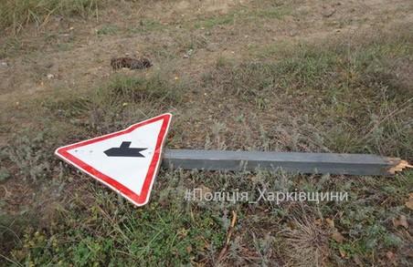 Щоб зібрати кілька гривень на горілку, селянин познімав дорожні знаки